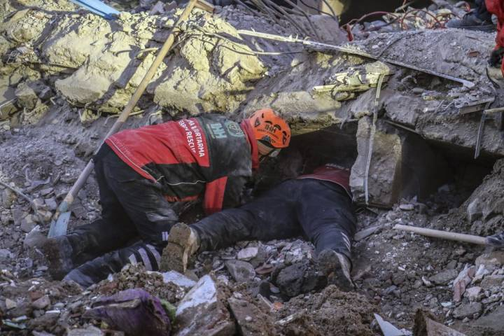 Photo of Death toll rises to 35 as Turkish crews continue search for earthquake survivors