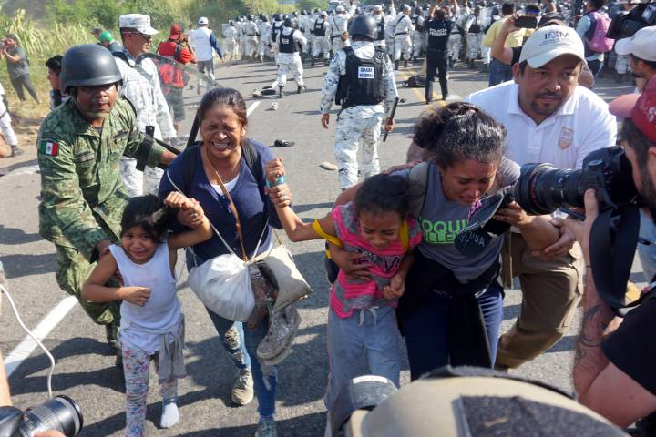 Photo of Dressed in riot gear, Mexico's security forces crack down on hundreds of migrants