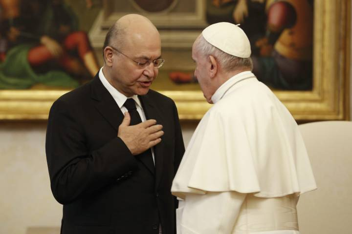 Photo of Pope Francis urges visiting Iraqi president to protect Christians