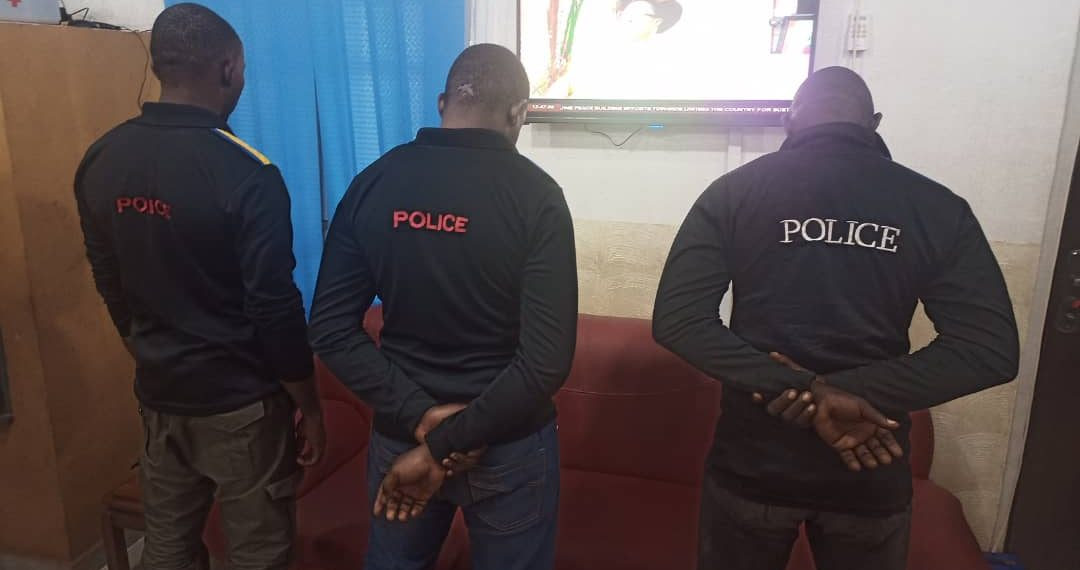 Photo of Video: Policemen in trouble for assaulting man over unlocked phone