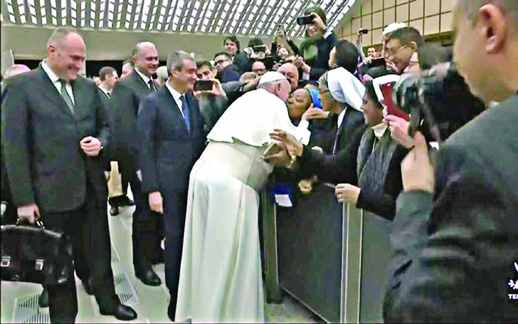 Photo of Video: Pope Francis seen kissing Nun in Rome