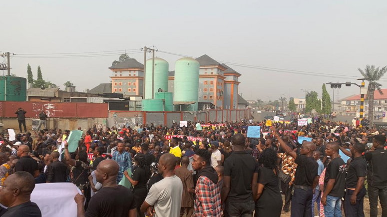 Photo of Video: Protesters take to streets in Imo over Ihedioha's removal as governor