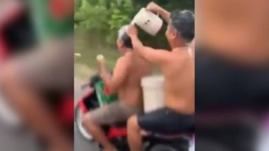 Photo of Two Vietnamese men taking 'shower' on motorcycle fined by police