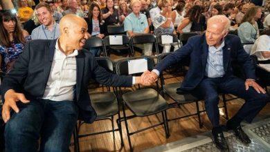 Photo of Cory Booker endorses Biden's presidential bid