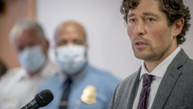 Photo of Minneapolis mayor takes heat as violent protests over George Floyd's death continue