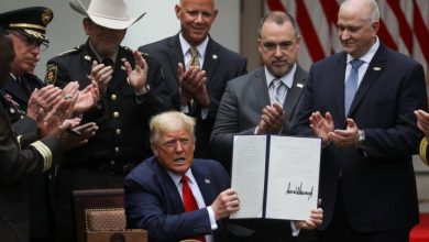 Photo of Trump signs executive order banning most use of police chokeholds