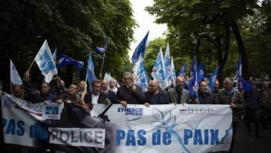 Photo of French police protest against ban on chokeholds in wake of George Floyd's death