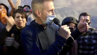 Photo of Portland mayor attempts 'listening session' with protesters as federal agents remain
